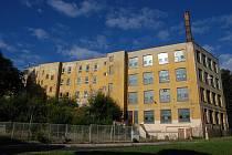 DO OBJEKTU bývalého učiliště Artimy v Aši se má přestěhovat hudební klub Klubíčko, ale mohla by tu být také ZUŠ, čemuž se vyučující ze školy rozhodně brání.