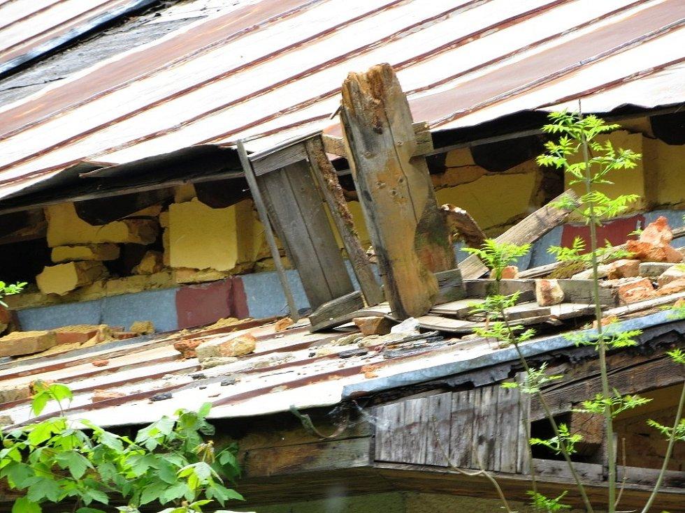 BÝVALÁ RESTAURACE MYSLIVNA nedaleko Chebu se začíná rozpadat.