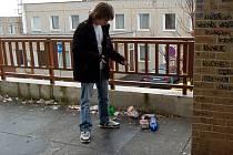 NEMOŽNÉ! Nejen místní, ale i náhodní kolemjdoucí se pozastavují na  tím, jaký nepořádek dokáže mládež na Zlatém vrchu udělat. Na nedopalky cigaret a krabicemi kroutí všichni nevěřícně hlavou.