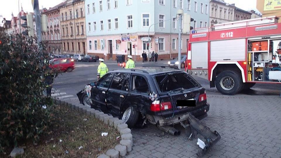 Při dopravní nehodě osobního auta a sanitky zemřel chodec.