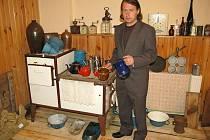 MIROSLAV STREJC u jedněch historických kamen. Ta byla také součástí výstavy Journal IV v Dolním Žandově.