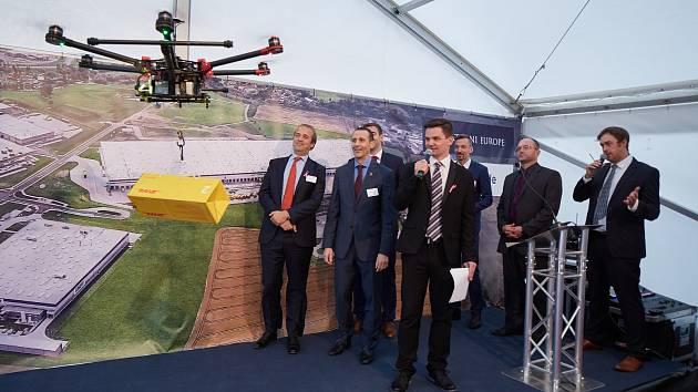 Slavnostní ceremoniál obohatila exhibice s dronem, symbolem logistiky budoucnosti.