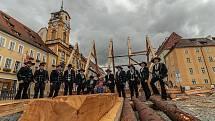 Zmenšenou repliku nejstaršího krovu v Chebu vytvářeli na náměstí Krále Jiřího z Poděbrad odborní tesaři. Výsledkem byla zmenšená kopie středověkého krovu presbytáře františkánského kláštera v Chebu, který letos slaví 700 let.