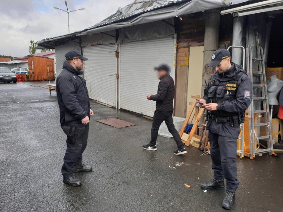 Během kontrol na asijských tržnicích zamířili policisté i na kontroly obchodů se zbožím.