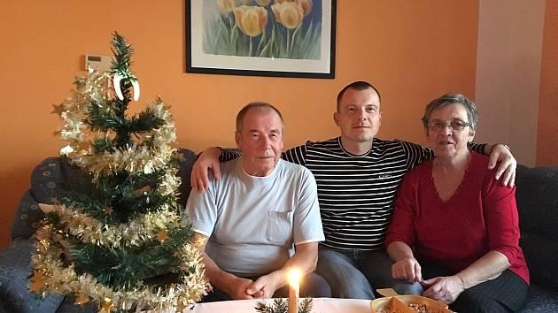 RODIČE jsou pro bývalého vězně Karla Svobodu (uprostřed) velkou oporou. Díky své rodině mohl strávit krásné svátky a má pravý domov, díky Rubikonu pak získal zaměstnání a právní poradenství.