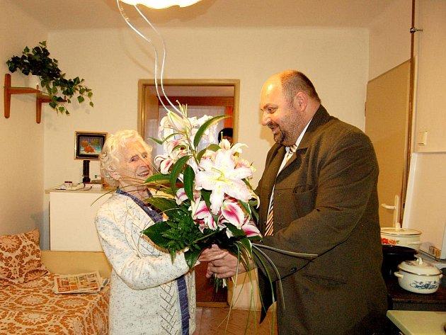 TEREZIE ŠENKÝŘOVÁ z Lázní Kynžvartu oslavila 101. narozeniny. Popřát jí přišel starosta Miloslav Pernica.