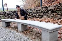 NOVÉ ODPOČINKOVÉ ZÁKOUTÍ je k dispozici nejen chebským občanům u přehradní nádrže Skalka. To vzniklo na pozemku pod hrází, který ještě vloni hyzdily haldy nepořádku a torza staveb, ve kterých přespávali bezdomovci.