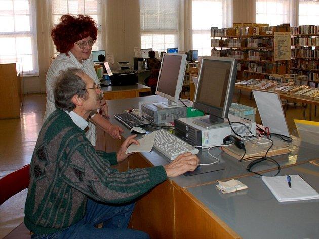 Jednašedesátiletý Tibor Rečka si v chebské knihovně za podpory Evy Mudrové zkouší poprvé v životě hledat na internetu informace, které ho zajímají