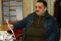 SATISFAKCE!  Pavel Šarišský z Chebu ukazoval potvrzení, podle kterého vysoudil omluvu a padesát tisíc korun. Byl totiž diskriminován, když  se ucházel  o práci.