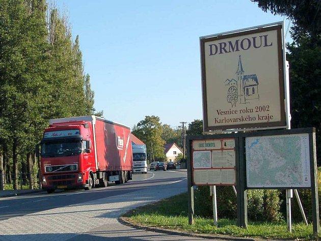 Śtovky kamiónů denně projíždějí obcí Drmoul