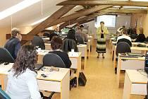 O ZKUŠENOSTI z výuky finanční gramotnosti se vyučující chebské Integrované střední školy v čele s Alenou Kněžickou (na snímku) podělili se svými kolegy z Karlovarského kraje.