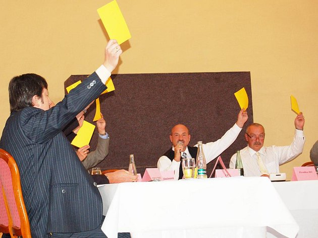 Všichni přítomní zastupitelé města Františkovy Lázně na svém posledním rokování zvedli ruku a odhlasovali poskytnutí sponzorského daru Sboru dobrovolných hasičů z Chrastavy.