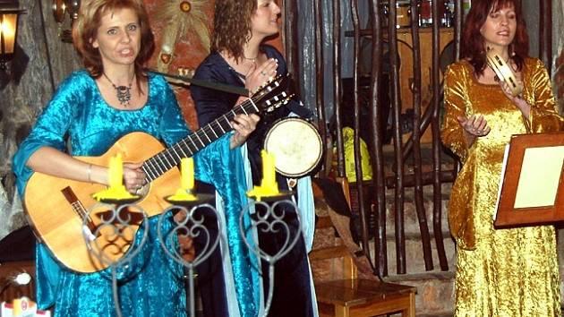 Na Chebském hradě děti spatřily i princezny, které jim zazpívaly středověké písně