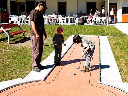 Chebský minigolfový turnaj sklidil velký ohlas u dětí i dospělých