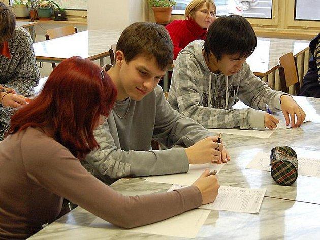VYMYŠLENÍ MOTTA většinu maturantů z Gymnázia Cheb nijak zásadně nezaskočilo.