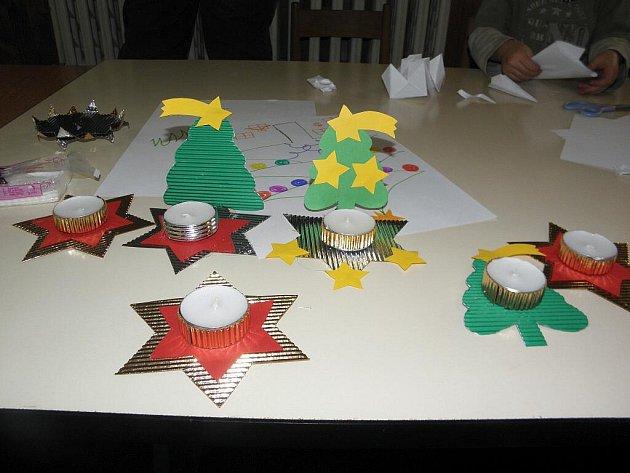 PERNÍČKY, vánoční svícny a jiné dekorace vyrobily děti a jejich maminky v Okrouhlé. Tvořivé dílny se v této obci staly velmi oblíbenou akcí, na které se účastníci nejen ledacos naučí, ale také se pobaví.