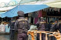 Celníci zahájili na tržnici Svatý Kříž u Chebu kontrolu nebývalých rozměrů. Prohlíží všechny stánky, skladové prostory i odstavená vozidla