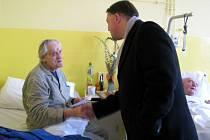 Nejstarší muž v Chebu, 99letý Karel Pich, oslavil své životní jubileum na chebské interně, kde mu vše nejlepší popřál chebský místostarosta Michal Pospíšil