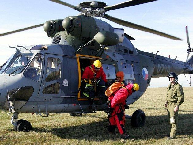 CHEBŠTÍ HASIČI  naposledy cvičili pod vrtulníkem. Od této doby, pokud dojde k situaci, která bude podobný zásah vyžadovat, přiletí hasiči z Plzeňského kraje.