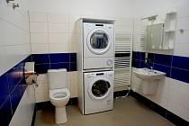 V novém dvojdomku ve Skalné získají osoby s postižením i moderní koupelnu.