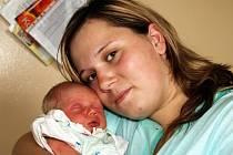 DANIEL PETRÁŠ se narodil ve čtvrtek 14. května v 19.20 hodin. Při narození vážil 3000 gramů a měřil 47 centimetrů. V Hranicích se těší tatínek Radek na příjezd maminky Martiny a synka Danielka.