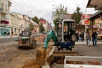 ROZKOPANÁ HLAVNÍ ULICE v Mariánských Lázních trápí nejen řidiče, ale také chodce.  Problémy s dopravou by měly skončit na konci října.