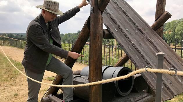 """Hradní expozice středověké artilerie se rozrostla o těžkou obléhací bombardu. """"Byl to velký typ děla, který se používal při obléhání například hradů a opevněných měst,"""" uvedl kastelán chebského hradu Tomáš Dostál."""
