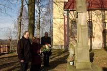 STAROSTA PLESNÉ Miloslav Pospíšil, manželé Eliášovi a místostarosta Tomáš Lokinga (zleva) uctili památku vojáků 1. světové války.