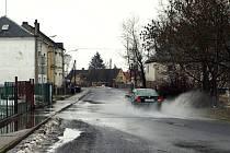 Voda z tajícího sněhu zaplavila ve Skalné silnici