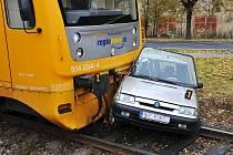 OSÁDKA OSOBNÍHO AUTOMOBILU měla v Aši neuvěřitelné štěstí. Střet s vlakem přežili oba cestující s lehkým zraněním.