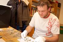 ARCHEOLOG Michal Beránek ukazuje, jaké mince 'detektorářka' z Lubska našla.