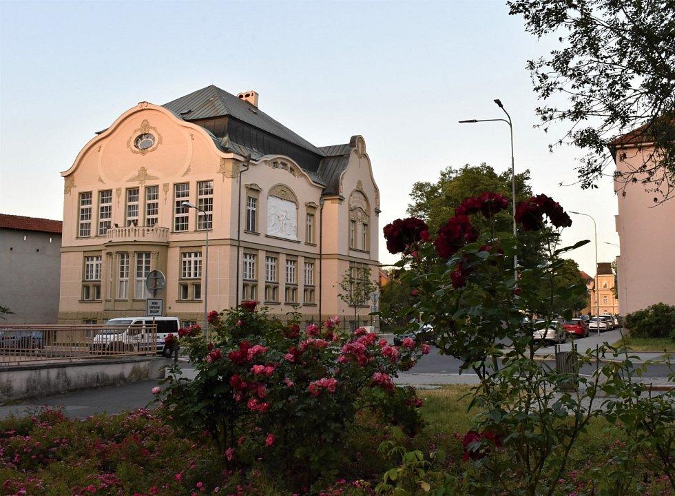 Městská knihovna v Chebu je dnes nejstarší veřejnou knihovnou na území České republiky.