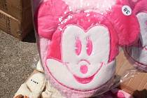 Chebští celníci nalezli další padělky. Při kontrole kontejnerů objevili padělané značkové pantofle.  Jednalo se o 15 552 párů domácí obuvi, která porušovala práva držitelů registrované ochranné známky Disney.