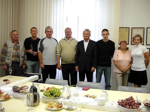 DÁRCI KRVE se sešli v zasedací místnosti mariánskolázeňské radnice, aby převzali ocenění.