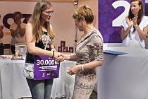 Charitativní akce s názvem Každý krok pomáhá zná své výsledky. Mezi tři organizace v Karlovarském kraji se rozdělovalo 60 tisíc korun. Nyní už je jasné, že nejvyšší částku nakonec získalo centrum Mateřídouška, poskytující sociální služby lidem s mentálním