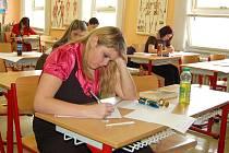 MATURITA. Tato studentka už má maturitní zkoušku nějaký čas za sebou. Letošní maturanti si ještě chvíli počkají.