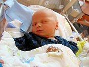 MIKULÁŠ RADA na svět poprvé vykouknul 7. října v plzeňské porodnici a pyšnil se mírami 52 centimetrů a 3880 gramů. Radost tím Mikulášek udělal malému bráškovi Davídkovi, tatínkovi a mamince z Lázní Kynžvartu.