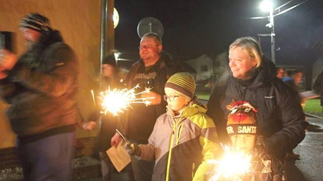 Vánoční stromeček rozsvítili o víkendu také v Milíkově. Milíkovští se sešli před místní hospůdkou, aby si zazpívali několik vánočních koled, popovídali si u svařeného vína a opekli si buřty.