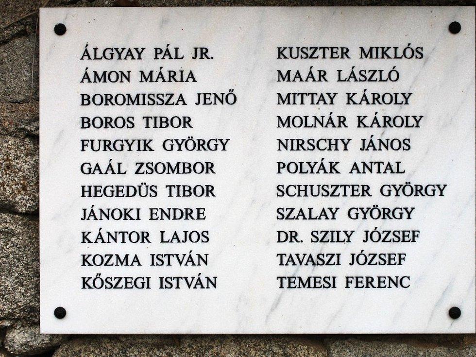 Uctít památku 36 obětí v masových hrobech přijeli do Hazlova členové spolku Svazu Maďarů žijících v českých zemích, Pobočný spolek Karlovy Vary.
