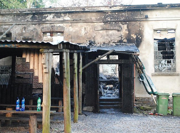 OBVODOVÉ ZDI ašského Klubíčka zmizí, podle statiků už jsou čtvrtým požárem vážně narušené. Zda zůstane klub na původním místě, bude jasné až v srpnu.