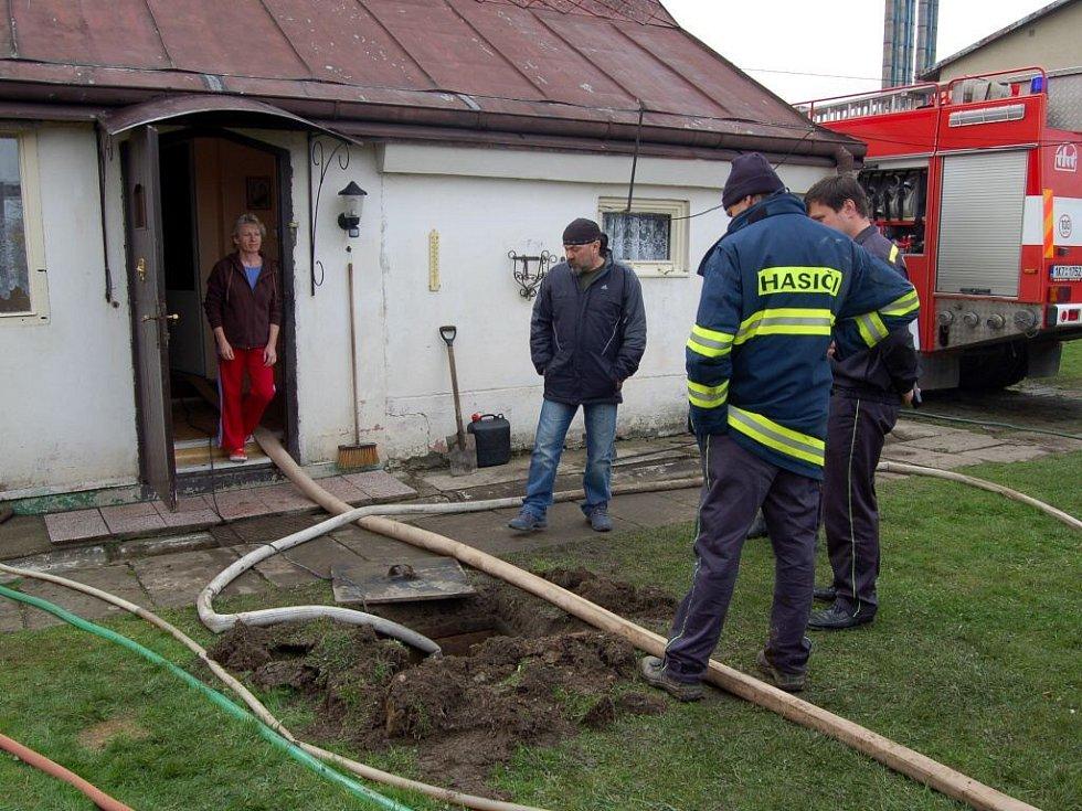 Foto dne - hasiči při odčerpávání vody v Chebu - Dolních Dvorech