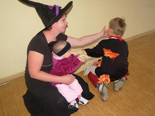 Pálení čarodějnic si pro sebe a své rodiče naplánovali také žáci první a druhé třídy Základní školy v Dolním Žandově.