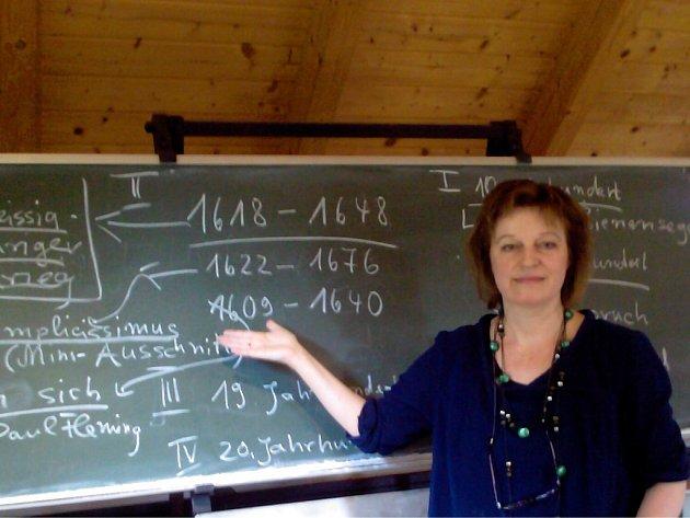 JEDEN z kurzů německého jazyka, který pravidelně pořádá Evropské Comenium v Chebu pro publicisty, kulturní pracovníky a zaměstnance občanského sektoru. Němčinu vyučuje Lio Hischenhuberová.