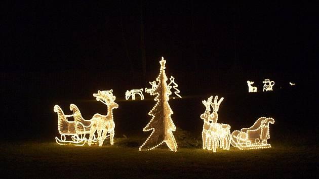 ZAHRADA rodiny Pavlovských v Lubech je plná ozdobených stromečků a svítících zvířátek. Za poslechu koled k němu do 'Ježíškovské' schránky také přinášejí děti dopisy.