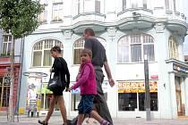 PROBLÉM S PRONAJÍMÁNÍM bytů má město například v Evropské 41. V takzvaném 'bývalém Baťovi' má většina bytů rozlohu větší než 100 metrů čtverečních, jeden je dokonce větší než 160 metrů čtverečních.
