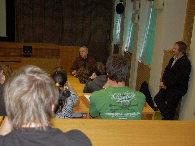 Stanislav Motl na besedě s chebskými gymnazisty