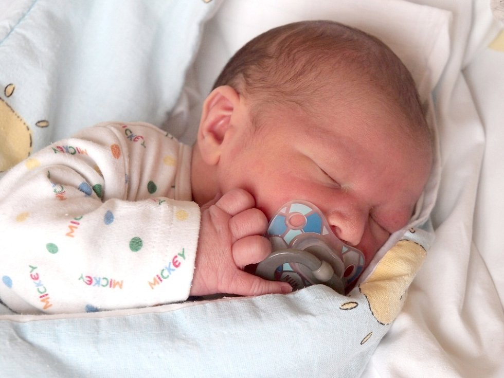 JAKUB ČERNÝ si poprvé prohlédl svět v úterý 18. prosince v 7.04 hodin. Při narození vážil 3 250 gramů a měřil 50 centimetrů. Z Jakoubka se raduje doma v Chebu bráška Jiřík, maminka Veronika a tatínek Jirka.