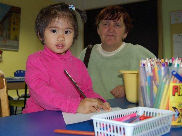 Pro děti byly připraveny pastelky a další činnosti