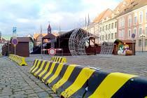 Ve spodní části náměstí jsou bezpečnostní betonové zátarasy.
