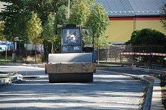 ULICE GUSTAVA GEIPELA v Aši jde do svého závěru. V tomto týdnu se na povrch umístí asfalt. Rekonstrukce vyjde celkem na 7 milionů korun.